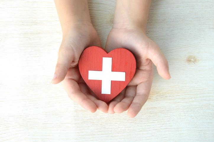 Plano de saúde deve autorizar e custear tratamento para criança