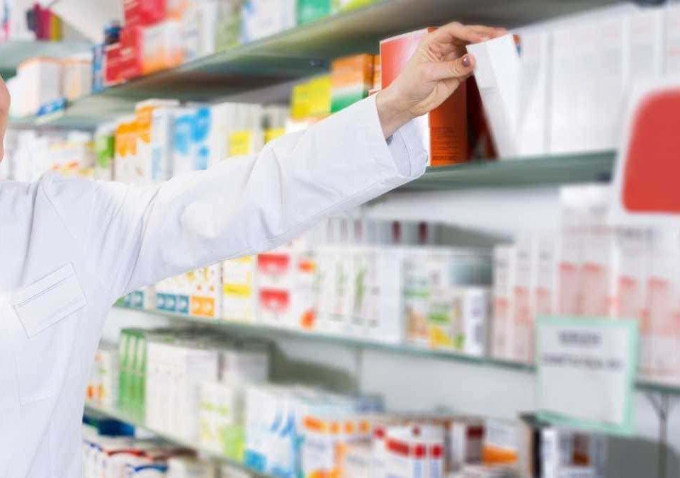Farmácia não pode manipular, estocar e comercializar medicamentos sem receita médica