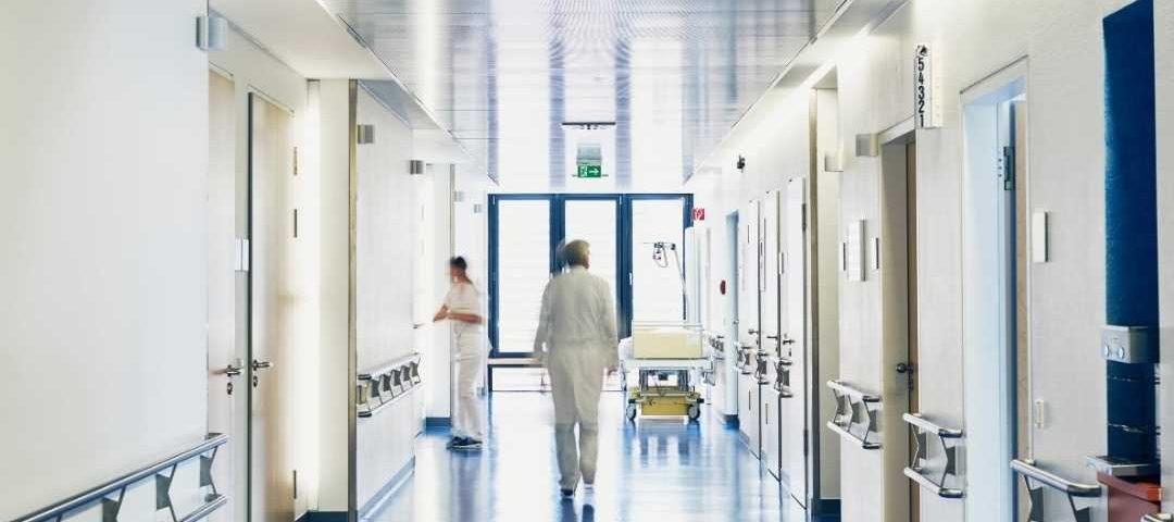 Projeto permite remuneração integral aos médicos afastados por covid-19