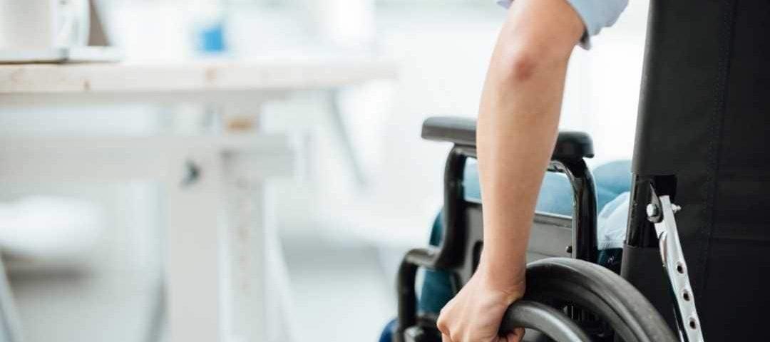 Empresa que deixou de entregar cadeira de rodas é punida